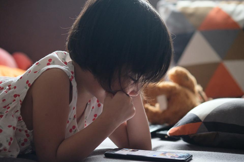 Niña de 7 u 8 años leyendo