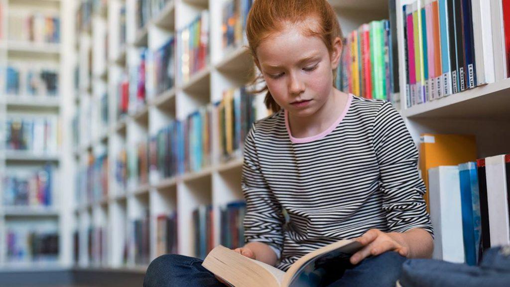 niño de 11 a 12 años leyendo